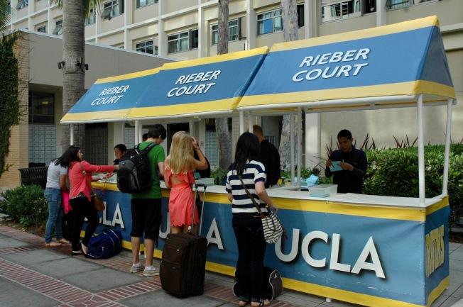美國最受歡迎的公立大學UCLA新生報到。(記者丁曙/攝影)