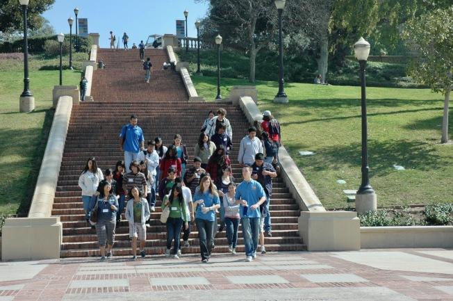 高中生們開心參觀洛杉磯加州大學校園。(記者丁曙/攝影)
