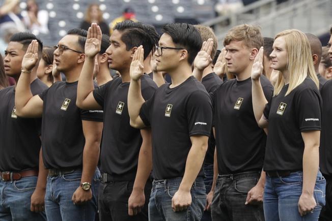 美軍面臨經濟蓬勃與擴大募兵的挑戰,越來越多人討論美軍是否該考慮將募兵年限從17歲降至16歲,這代表募兵可能要深入高中校園。(美聯社)