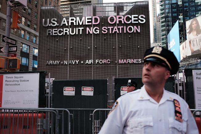 本年度陸軍募兵採取新措施,實現了6萬8000人的徵兵目標。圖為著名的紐約時報廣場募兵站。(Getty Images)