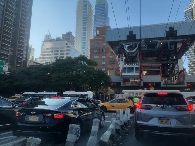 「區域規畫協會」建議對進、出曼哈頓車輛雙向收堵車費,才能切實減少曼哈頓車輛,解決堵車問題,圖為大批車輛經皇后大橋進入曼哈頓。(記者洪群超/攝影)