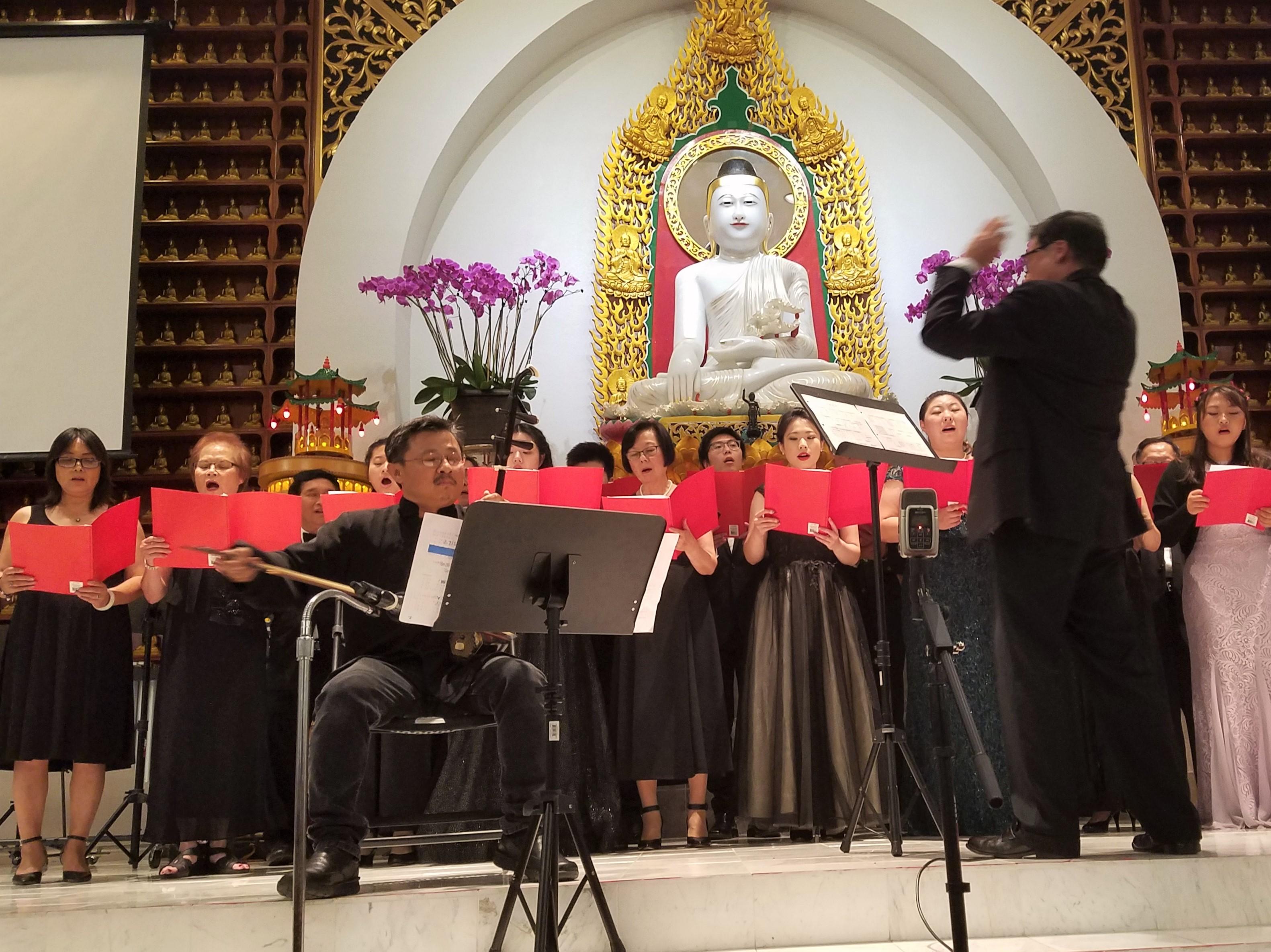 晚會演出中國民謠《一朵鮮花鮮又鮮》。(德州佛教會提供)