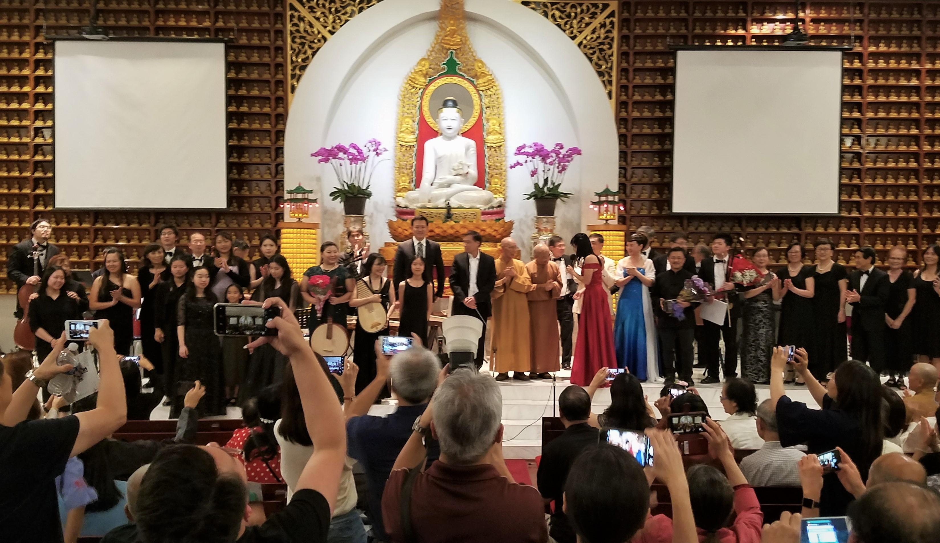 演出結束後德州佛教會法師們與演員合影。(德州佛教會提供)