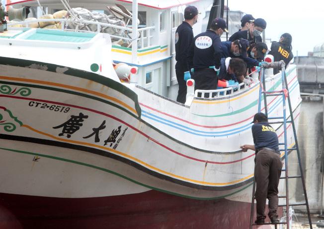 2013年5月菲律賓派調查團到屏東縣東港鎮,會同台方檢警調人員勘驗廣大興28號漁船受損情形,釐清事件真相。(本報資料照片)