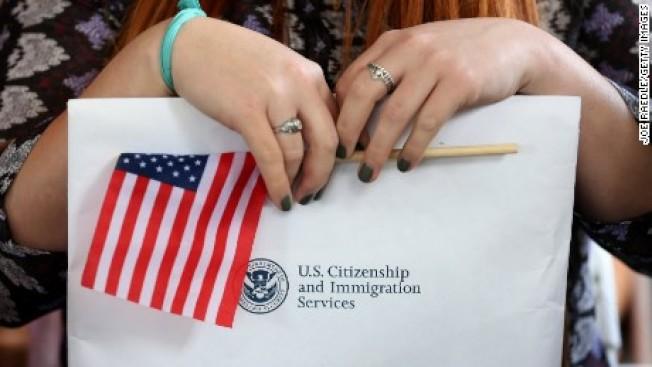 32--國土安全部表示,H-1B持有人配偶工作禁令最快會在明年初公布。(電視新聞截圖)