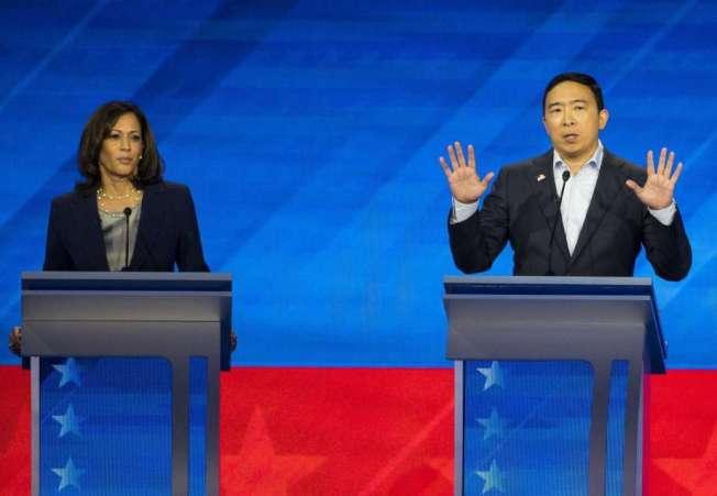 33--楊安澤(右)和賀錦麗上周同台,進行民主黨總統候選人的第三次辯論。(Getty Images)