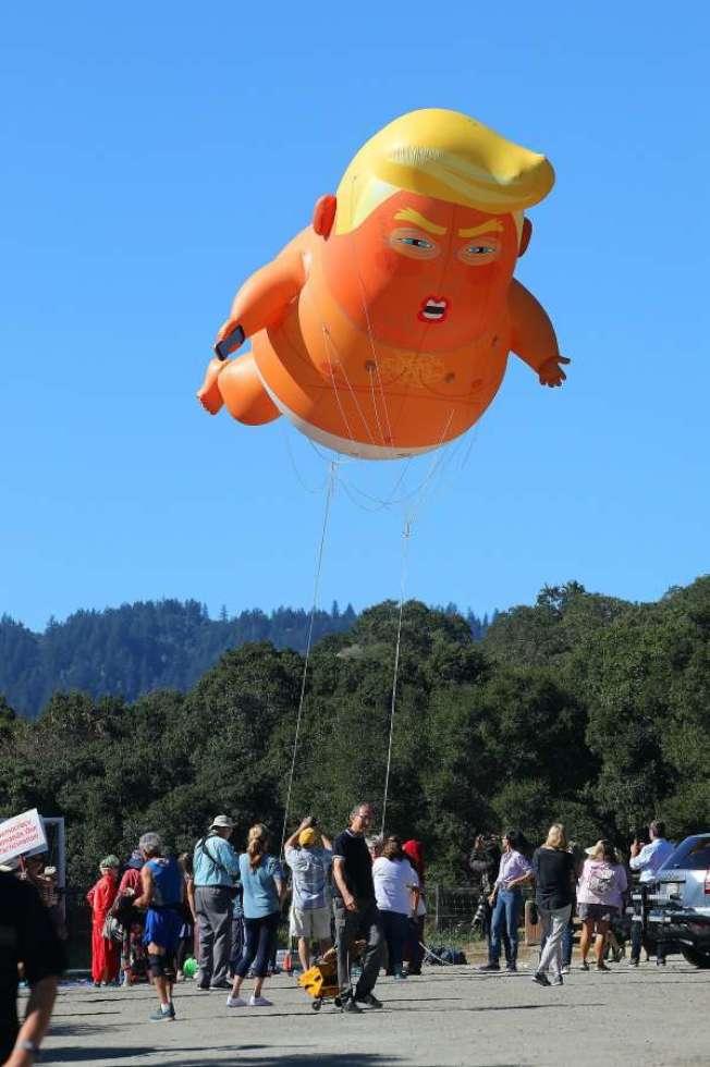 抗議者製作了一個「川普寶寶」氣球,用來嘲諷川普。(Getty Images)