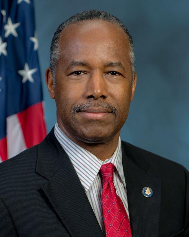 非裔聯邦房屋部長卡森兩年前獲得總統川普的任命。(卡森臉書)