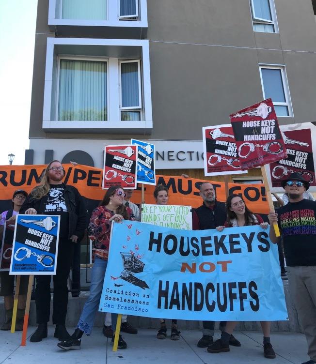 支持遊民權益的示威者批評聯邦政府對遊民執法,強調多建住房是解決之道。(記者李秀蘭/攝影)
