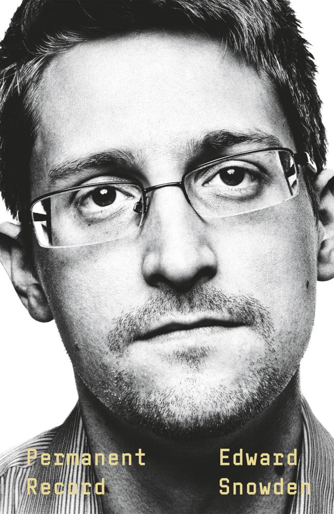 因洩密遭美國通緝的史諾登,最近違反保密協議,出版一本回憶錄。圖為史諾登新書「永久證據」封面。(美聯社)