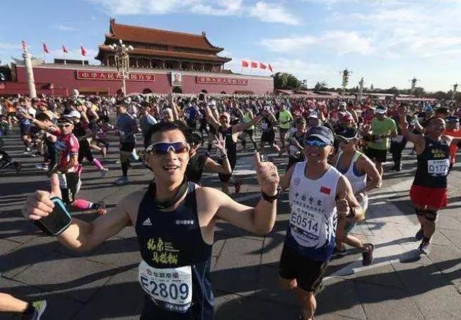 北京馬拉松的起點是天門安廣場,今年報名人數大增5萬人。(取材自百度)