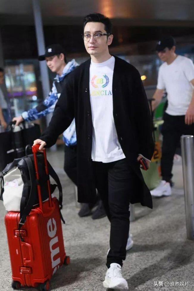 媒體拍到黃曉明(圖)跟妻子Angelababy前後腳到達上海機場,但兩人卻沒有合體,引發離婚揣測。(取材自微博)