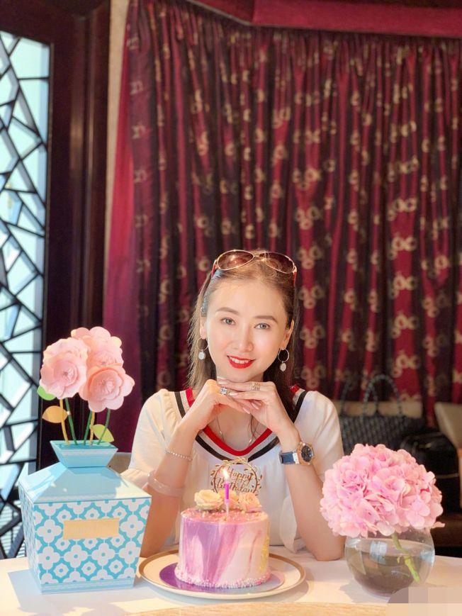 「美魔女」翁虹日前歡度51歲生日。(取材自微博)