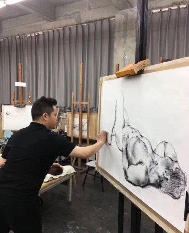 川美院長示範人體寫生。(取材自微博)