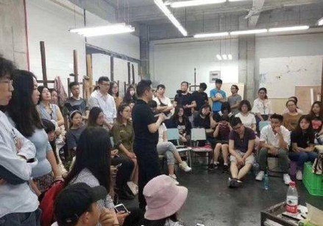 川美院長在給學生授課。(取材自微博)