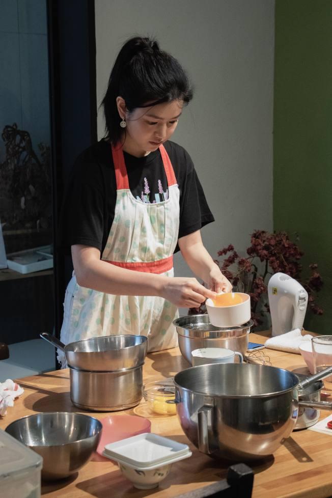 陳妍希為新片練習戚風蛋糕烘培。(圖:好好看文創提供)