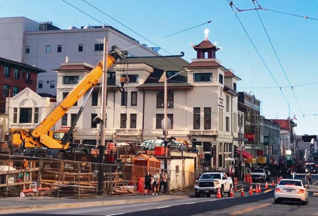 交通局已將中央地鐵工地前的華埠士德頓街馬路全面重開,但地鐵要再延遲兩年才能啟用。(記者李秀蘭╱攝影)