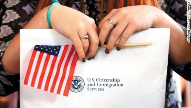 國土安全部表示,H-1B持有人配偶工作禁令最快會在明年初公布。(電視新聞截圖)