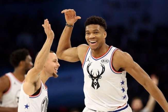 NBA新球王安戴托昆波(右)與柯瑞(左),今年春天時一起參加全明星賽,柯瑞當時是「安戴托昆波隊」的隊員,與「詹姆斯隊」對打。(Getty Images)