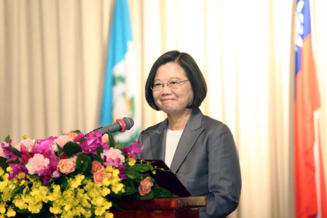 蔡英文總統(左二)17日出席在台北圓山飯店舉行的「中美洲獨立198週年紀念酒會」致詞。(記者邱德祥/攝影)