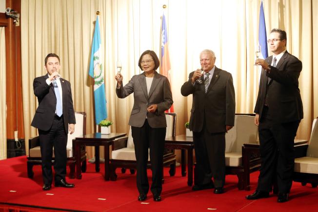 蔡英文總統(左二)17日出席在台北圓山飯店舉行的「中美洲獨立198週年紀念酒會」,向瓜地馬拉(左)、尼加拉瓜(右二)和宏都拉斯(右)三國使節相互敬酒。(記者邱德祥/攝影)