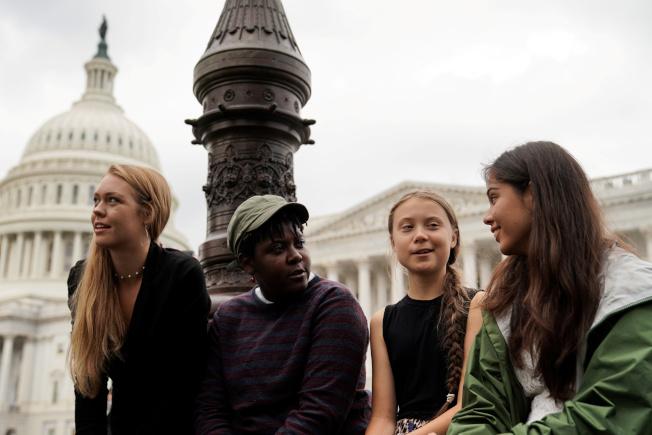 關心氣候變遷的瑞典16歲女孩桑柏格(右)和美國青少年一起出席在華府舉行的「綠色新協議」記者會。(路透)