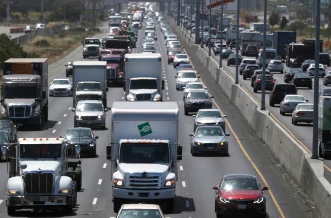 加州制定的汽車排放標準比聯邦嚴格,川普總統將取消加州這項權力。圖為加州奧克蘭(屋崙)公路的壅堵情形。(Getty Images)