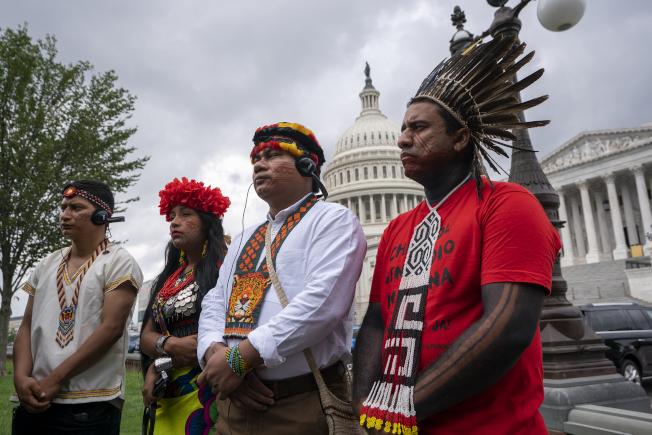 美國原住民代表在國會前關心氣候暖化議題。(美聯社)