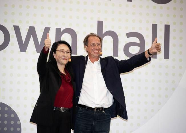 宏達電(HTC)17日召開員工大會,並宣布延攬梅特(右)擔任執行長,王雪紅卸任執行長但繼續擔任董事長,未來專注未來科技的策略與企業方向的制訂。(圖:宏達電提供)