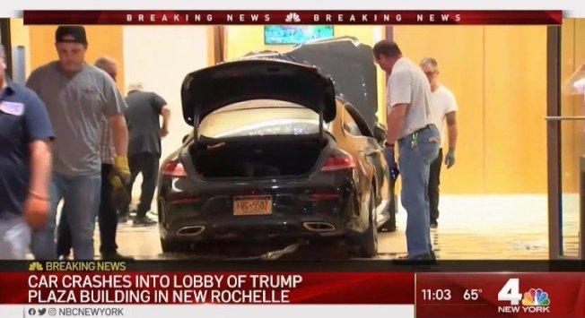 一輛汽車17日晚間衝進紐約州紐羅希的川普廣場大樓大廳,造成兩名旁觀者與駕駛輕傷。 取材自NBCnews