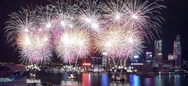 香港鑑於當前的情況並考慮到整體公眾安全,將會取消10月1日晚上在維多利亞港舉行的國慶煙火匯演。(新華社資料照片)