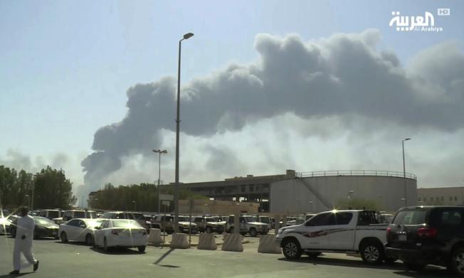 沙國阿布蓋格煉油廠14日遭襲後起火冒出濃煙。美聯社