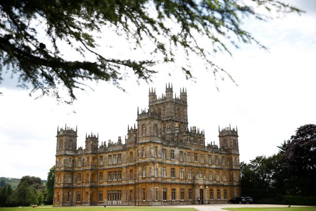 知名英國影集唐頓莊園(Downton Abbey)將正式開放住宿,戲迷有機會在這間富麗堂皇且聲名遠播的莊園住一晚,體驗當「貴族或貴族夫人」。(路透)