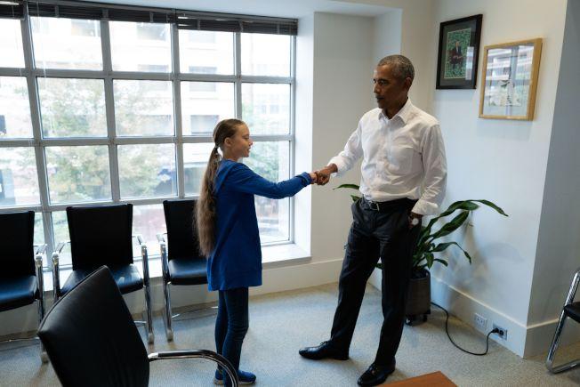 桑柏格(左)16日和美國前總統歐巴馬在華府會面。(法新社)