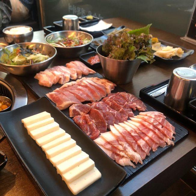 韓式燒烤店提供美味多汁的熟成牛肉,讓人食指大動。