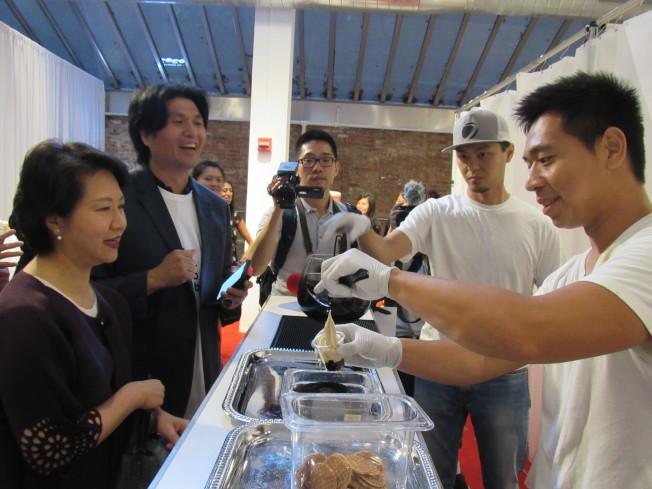 去年紐約珍珠奶茶節,駐紐約台北經濟文化處處長徐儷文(左)也蒞臨參加。(本報資料照片)