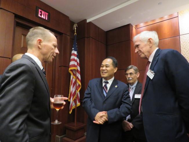 美國國務院亞太助卿史達偉(左)18日出席「農產品貿易赴美友好訪問團」在國會舉行的採購意向書簽署儀式,與我駐美副代表黃敏境(中)、美國在台協會主席莫健交流。