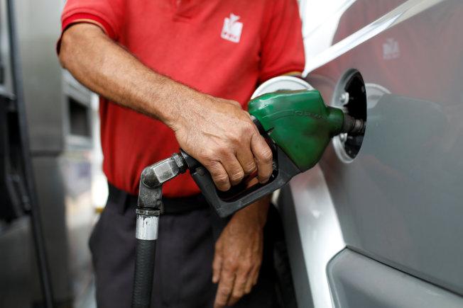 AAA估計,華府此輪汽油漲價將會持續到本月底。(美聯社)