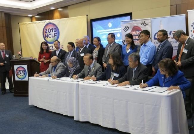 亞太公共事務聯盟與美國公民領袖論壇共同舉辦的「全美公民領袖論壇」在華府舉行,70多個組織的代表簽署聯合聲明。(Sandy Wang提供)