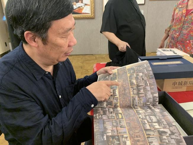 徐健國展出歷時20多年創作的三卷「城市山水」,呈現1991年至今的上海景色。(記者賴蕙榆/攝影)