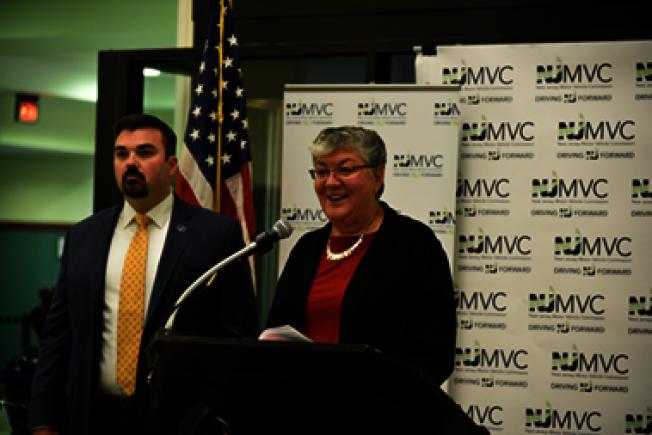 Sue Fulton(右)宣布換發「真實身分證」,左為新州國土安全和防範辦公室主任Jared Maples。(NJMVC提供)