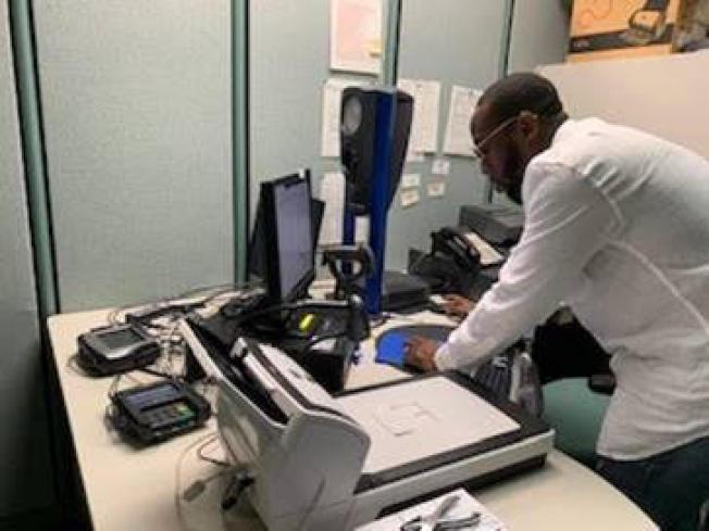 新州MVC工程師測試REAL ID系統成功。(NJMVC提供)