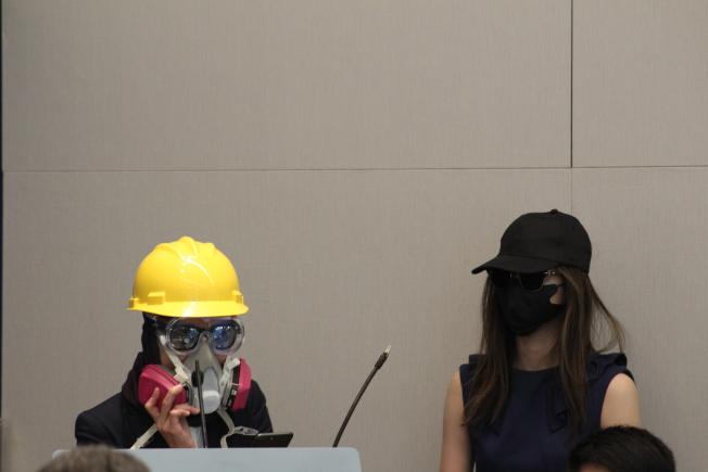 「LV」(左)戴著防毒面具和黃色頭盔,「CK」(右)戴黑色棒球帽、墨鏡和黑色口罩,以此展示香港目前所處的危險境地。(記者張筠╱攝影)