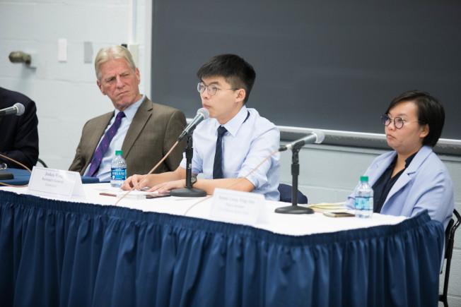 黃之鋒(中)說,香港如今面臨政治危機,「政治危機需要通過政治體制更改來解決」,譴責和謾罵毫無用處。右為梁穎敏,左為戴大為。(圖:主辦方提供)