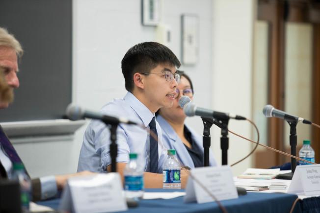 黃之鋒(中)18日出席「香港反送中抗議」座談會,爭取國際支持,並稱解決當今困境的關鍵角色是北京政府,譴責或鎮壓運動無濟於事。(圖:主辦方提供)