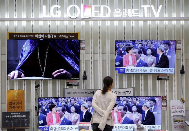 消費者在首爾專賣店瀏覽LG的電視。(路透)