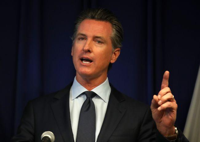 川普政府廢除一項行之有年的作法,不准加州自行制定排放標準。圖為加州州長紐森痛批這個決定,揚言提告。(Getty Images)