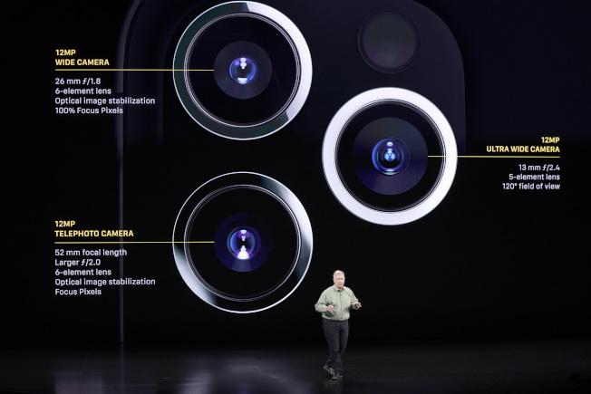 iPhone 11 Pro Max標榜配有四鏡頭(前一後三),其中機背的三鏡頭系統足以吸引部分潛在消費者。(美聯社)