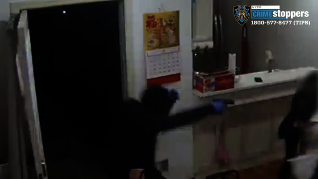 警方於案發時公布的三名嫌犯作案照片。(警方提供)