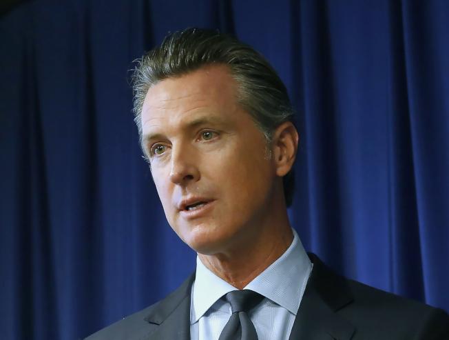 紐森州長在記者會宣布簽署AB5,為加州獨立契約員工(independent contractor),就業帶來重大改變。(美聯社)